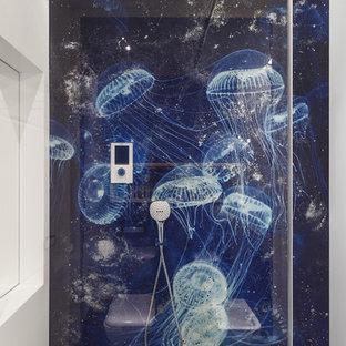 Стильный дизайн: детская ванная комната в современном стиле с синей плиткой, плиткой мозаикой, белыми стенами, мраморным полом, черным полом, душем с распашными дверями и душем в нише - последний тренд