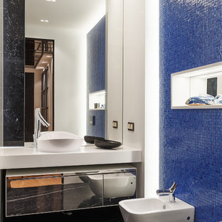 На фото: детская ванная комната в современном стиле с стеклянными фасадами, синей плиткой, плиткой мозаикой, белыми стенами, мраморным полом, черным полом, биде, настольной раковиной и белой столешницей