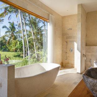Удачное сочетание для дизайна помещения: ванная комната в морском стиле с отдельно стоящей ванной, душем без бортиков, бежевыми стенами, настольной раковиной и открытым душем - самое интересное для вас