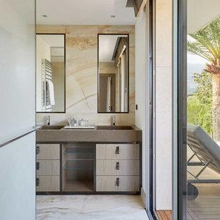 Пример оригинального дизайна: ванная комната в современном стиле с плоскими фасадами, светлыми деревянными фасадами, монолитной раковиной, бежевым полом и коричневой столешницей