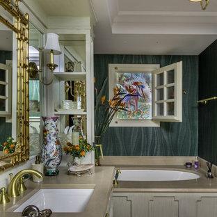 Неиссякаемый источник вдохновения для домашнего уюта: главная ванная комната в классическом стиле с бежевыми фасадами, полновстраиваемой ванной, врезной раковиной, бежевым полом и бежевой столешницей