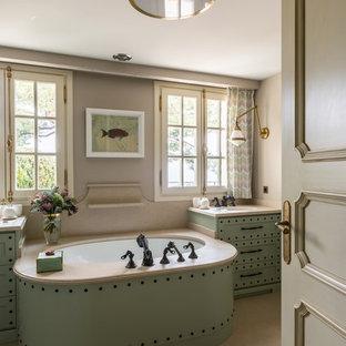 Пример оригинального дизайна: главная ванная комната в стиле современная классика с фасадами с утопленной филенкой, зелеными фасадами, врезной раковиной, бежевым полом и бежевой столешницей