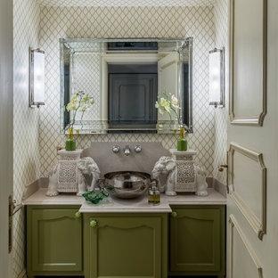 Источник вдохновения для домашнего уюта: ванная комната в стиле фьюжн с фасадами с утопленной филенкой, зелеными фасадами, настольной раковиной, бежевым полом и белой столешницей