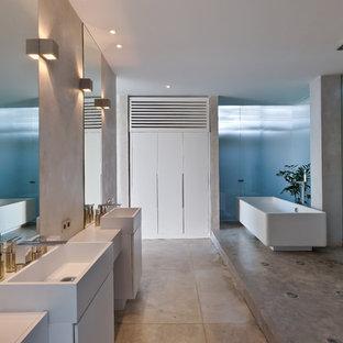 Неиссякаемый источник вдохновения для домашнего уюта: главная ванная комната в современном стиле с плоскими фасадами, белыми фасадами, отдельно стоящей ванной, открытым душем, серыми стенами, бетонным полом, настольной раковиной, серым полом, открытым душем и белой столешницей