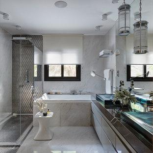 Идея дизайна: главная ванная комната в современном стиле с плоскими фасадами, серыми фасадами, ванной в нише, белым полом и серой столешницей