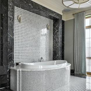 Стильный дизайн: главная ванная комната в стиле современная классика с накладной ванной, черно-белой плиткой и мраморным полом - последний тренд