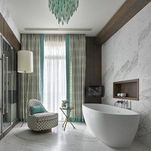 Пример оригинального дизайна: главная ванная комната в стиле современная классика с отдельно стоящей ванной, белой плиткой, мраморной плиткой, мраморным полом и белым полом