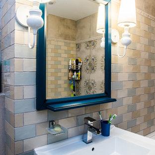 Ispirazione per una stanza da bagno padronale tradizionale di medie dimensioni con ante con riquadro incassato, ante beige, vasca sottopiano, WC a due pezzi, piastrelle beige, piastrelle di vetro, pareti beige, pavimento con piastrelle in ceramica e lavabo a colonna