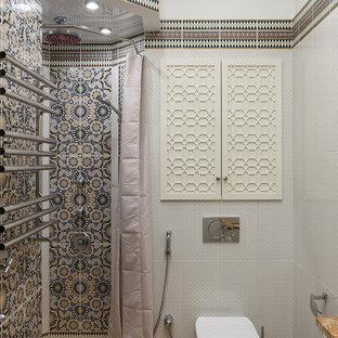 Пример оригинального дизайна: ванная комната в восточном стиле с угловым душем, инсталляцией, серой плиткой, полом из мозаичной плитки, душевой кабиной, коричневым полом и шторкой для ванной