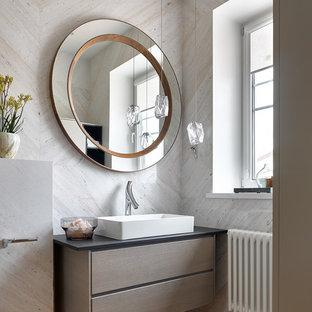 Стильный дизайн: ванная комната среднего размера в современном стиле с плоскими фасадами, серой плиткой, мраморной плиткой, столешницей из кварцита, черной столешницей, настольной раковиной, коричневым полом, коричневыми фасадами и паркетным полом среднего тона - последний тренд