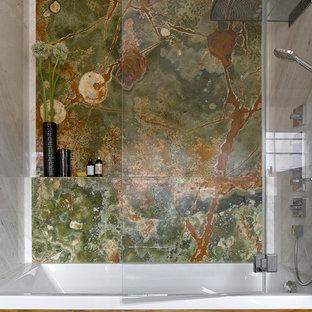 Источник вдохновения для домашнего уюта: ванная комната среднего размера в современном стиле с мраморной плиткой, душем с распашными дверями, зеленой плиткой, разноцветной плиткой, ванной в нише и душем над ванной