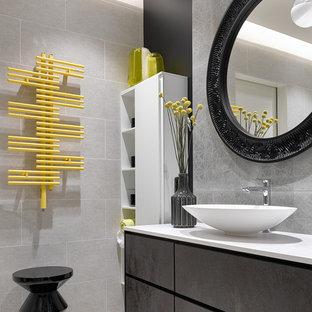 Свежая идея для дизайна: большая ванная комната в современном стиле с плоскими фасадами, серой плиткой, керамогранитной плиткой, полом из цементной плитки, столешницей из кварцита, белой столешницей, черными стенами, настольной раковиной, коричневыми фасадами и разноцветным полом - отличное фото интерьера