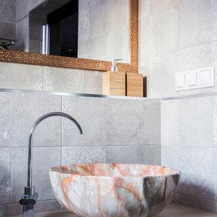На фото: большая ванная комната в стиле фьюжн с плоскими фасадами, светлыми деревянными фасадами, бежевой плиткой, керамической плиткой, столешницей из дерева, бежевой столешницей и настольной раковиной с