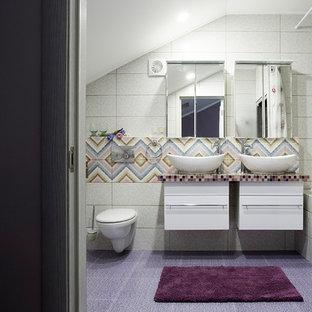 Ejemplo de cuarto de baño infantil, bohemio, grande, con armarios con paneles lisos, bañera encastrada sin remate, ducha empotrada, sanitario de pared, baldosas y/o azulejos rosa, baldosas y/o azulejos en mosaico, paredes blancas, suelo con mosaicos de baldosas, lavabo encastrado, encimera de vidrio, suelo violeta, ducha con cortina y encimeras moradas