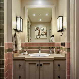 Diseño de cuarto de baño infantil, contemporáneo, pequeño, con armarios con paneles empotrados, lavabo encastrado, baldosas y/o azulejos verdes, baldosas y/o azulejos rosa, puertas de armario marrones, baldosas y/o azulejos de terracota, paredes rosas, suelo de baldosas de cerámica y encimera de mármol