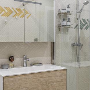 Новые идеи обустройства дома: ванная комната в современном стиле с плоскими фасадами, светлыми деревянными фасадами и душевой кабиной