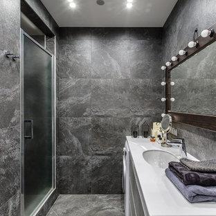 На фото: ванная комната в стиле лофт с душем в нише, серой плиткой, врезной раковиной, серым полом и душем с распашными дверями с