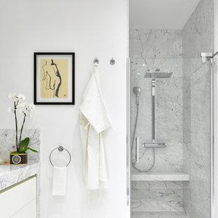 Стильный дизайн: ванная комната в современном стиле с плоскими фасадами, белыми фасадами, душем в нише, белыми стенами, душевой кабиной, серым полом, душем с распашными дверями и серой столешницей - последний тренд