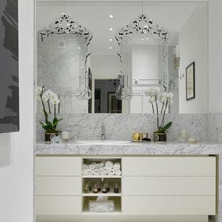 Пример оригинального дизайна: ванная комната в современном стиле с плоскими фасадами, белыми фасадами, белыми стенами, накладной раковиной, серым полом и серой столешницей