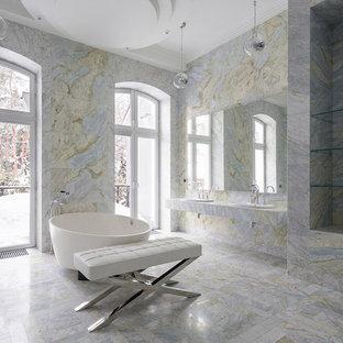 На фото: огромная главная ванная комната в современном стиле с накладной раковиной с