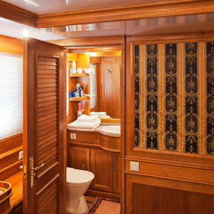 モスクワのトラディショナルスタイルのおしゃれな浴室 (落し込みパネル扉のキャビネット、茶色いキャビネット、茶色い壁、オーバーカウンターシンク、グレーの洗面カウンター) の写真