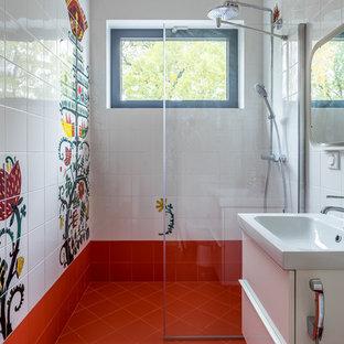На фото: маленькая детская ванная комната в стиле фьюжн с плоскими фасадами, белыми фасадами, белой плиткой, разноцветной плиткой, керамической плиткой, полом из керамогранита, красным полом, душем без бортиков, консольной раковиной, открытым душем и окном с