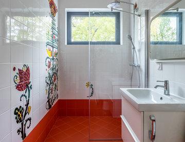 Яркая детская ванная с окном.