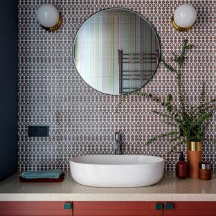 Пример оригинального дизайна: маленькая главная ванная комната в современном стиле с фасадами с филенкой типа жалюзи, коричневыми фасадами, полновстраиваемой ванной, инсталляцией, керамической плиткой, разноцветными стенами, полом из керамической плитки, накладной раковиной, столешницей из искусственного камня, коричневым полом, бежевой столешницей и разноцветной плиткой