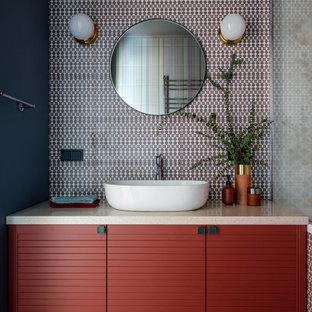 Стильный дизайн: маленькая главная ванная комната в современном стиле с разноцветной плиткой, керамической плиткой, полом из керамической плитки, столешницей из искусственного камня, коричневым полом, бежевой столешницей, плоскими фасадами, красными фасадами, черными стенами и настольной раковиной - последний тренд