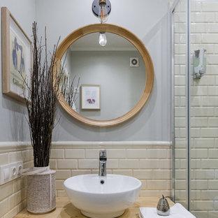 Новый формат декора квартиры: маленькая ванная комната в стиле фьюжн с плиткой кабанчик, серыми стенами, душевой кабиной, настольной раковиной, столешницей из дерева и белой плиткой