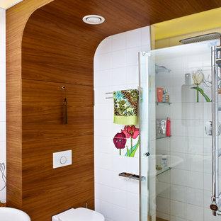 Неиссякаемый источник вдохновения для домашнего уюта: главная ванная комната в современном стиле с душем в нише, белой плиткой, разноцветной плиткой, инсталляцией, белыми стенами и паркетным полом среднего тона