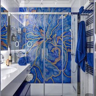Идея дизайна: ванная комната в современном стиле с плоскими фасадами, синими фасадами, душем в нише, разноцветной плиткой, плиткой мозаикой, душевой кабиной, врезной раковиной, белым полом, душем с раздвижными дверями и белой столешницей