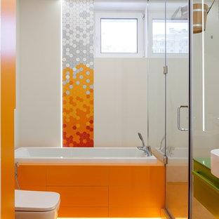 Immagine di una stanza da bagno padronale minimal con ante lisce, ante verdi, vasca ad alcova, doccia ad angolo, WC sospeso, piastrelle arancioni, pareti bianche, lavabo a bacinella, pavimento arancione e porta doccia a battente