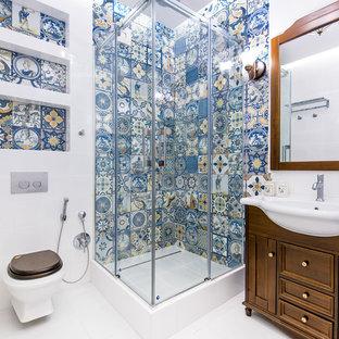 Свежая идея для дизайна: ванная комната в классическом стиле с темными деревянными фасадами, угловым душем, инсталляцией, синей плиткой, белой плиткой, душевой кабиной, белым полом, душем с раздвижными дверями, фасадами островного типа и консольной раковиной - отличное фото интерьера