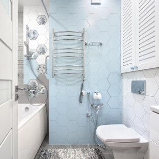 Неиссякаемый источник вдохновения для домашнего уюта: главная ванная комната в современном стиле с плоскими фасадами, белыми фасадами, ванной в нише, инсталляцией, синей плиткой, белой плиткой, серым полом и шторкой для душа