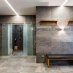 Idee per una sauna minimal di medie dimensioni con zona vasca/doccia separata, piastrelle grigie, piastrelle in gres porcellanato, pareti grigie, pavimento in gres porcellanato, pavimento grigio e porta doccia scorrevole