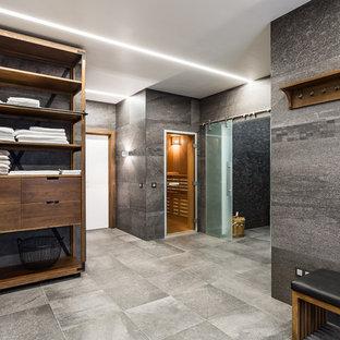 Esempio di una sauna design di medie dimensioni con zona vasca/doccia separata, piastrelle grigie, piastrelle in gres porcellanato, pareti grigie, pavimento in gres porcellanato, pavimento grigio e porta doccia scorrevole