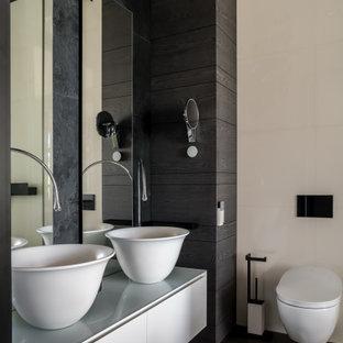 Стильный дизайн: ванная комната среднего размера в современном стиле с плоскими фасадами, серыми фасадами, инсталляцией, бежевой плиткой, серой плиткой, настольной раковиной, черным полом, серой столешницей, тумбой под две раковины и подвесной тумбой - последний тренд