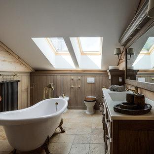 Cette photo montre une salle de bain principale nature avec un lavabo intégré, un placard en trompe-l'oeil, des portes de placard en bois brun, une baignoire sur pieds, un urinoir, un carrelage beige et un mur marron.