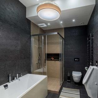 モスクワのコンテンポラリースタイルのおしゃれなマスターバスルーム (男性用トイレ、黒いタイル) の写真