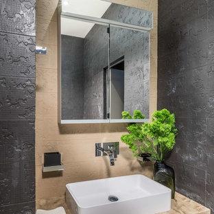 Неиссякаемый источник вдохновения для домашнего уюта: ванная комната в современном стиле с бежевой плиткой, серой плиткой и настольной раковиной
