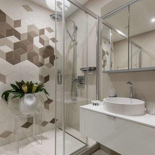 Выдающиеся фото от архитекторов и дизайнеров интерьера: ванная комната в современном стиле с плоскими фасадами, белыми фасадами, бежевой плиткой, белой плиткой, коричневой плиткой, душевой кабиной, настольной раковиной и душем с раздвижными дверями