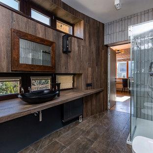 Пример оригинального дизайна: большая ванная комната в современном стиле с душевой кабиной, коричневым полом, настольной раковиной и коричневой столешницей
