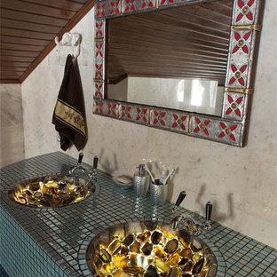 Foto de cuarto de baño asiático con paredes beige, suelo de mármol, encimera de ónix y lavabo integrado