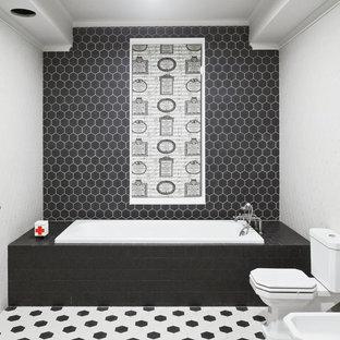 Свежая идея для дизайна: детская ванная комната среднего размера в классическом стиле с черно-белой плиткой, накладной ванной и раздельным унитазом - отличное фото интерьера