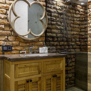 Новые идеи обустройства дома: ванная комната в стиле лофт с фасадами с филенкой типа жалюзи, коричневыми фасадами, душем в нише, душевой кабиной, бежевым полом и серой столешницей