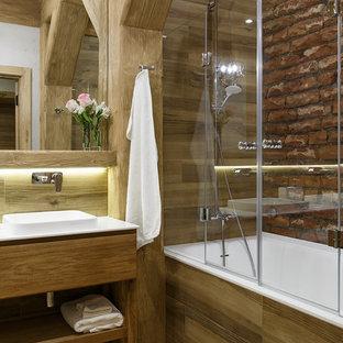 На фото: главные ванные комнаты в стиле лофт с плоскими фасадами, фасадами цвета дерева среднего тона, бежевым полом и белой столешницей