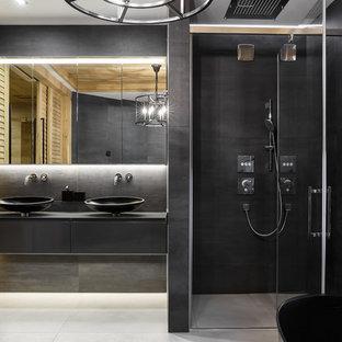 Стильный дизайн: главная ванная комната в стиле лофт с плоскими фасадами, серыми фасадами, душем в нише, серой плиткой, белым полом, душем с распашными дверями и черной столешницей - последний тренд