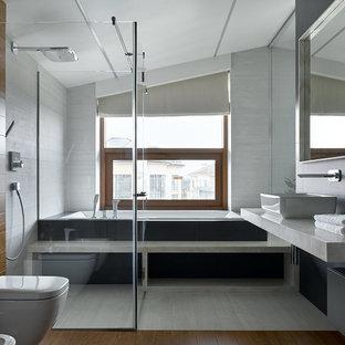 Неиссякаемый источник вдохновения для домашнего уюта: главная ванная комната в современном стиле с накладной ванной, инсталляцией, серой плиткой, настольной раковиной, коричневым полом и душем с распашными дверями