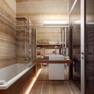 Пример оригинального дизайна интерьера: маленькая главная ванная комната в современном стиле с мраморным полом, настольной раковиной и бежевым полом